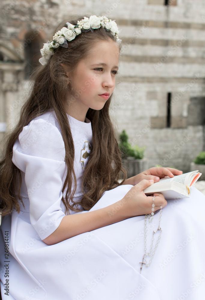 Fototapeta Dziewczynka się modli przed komunią świętą
