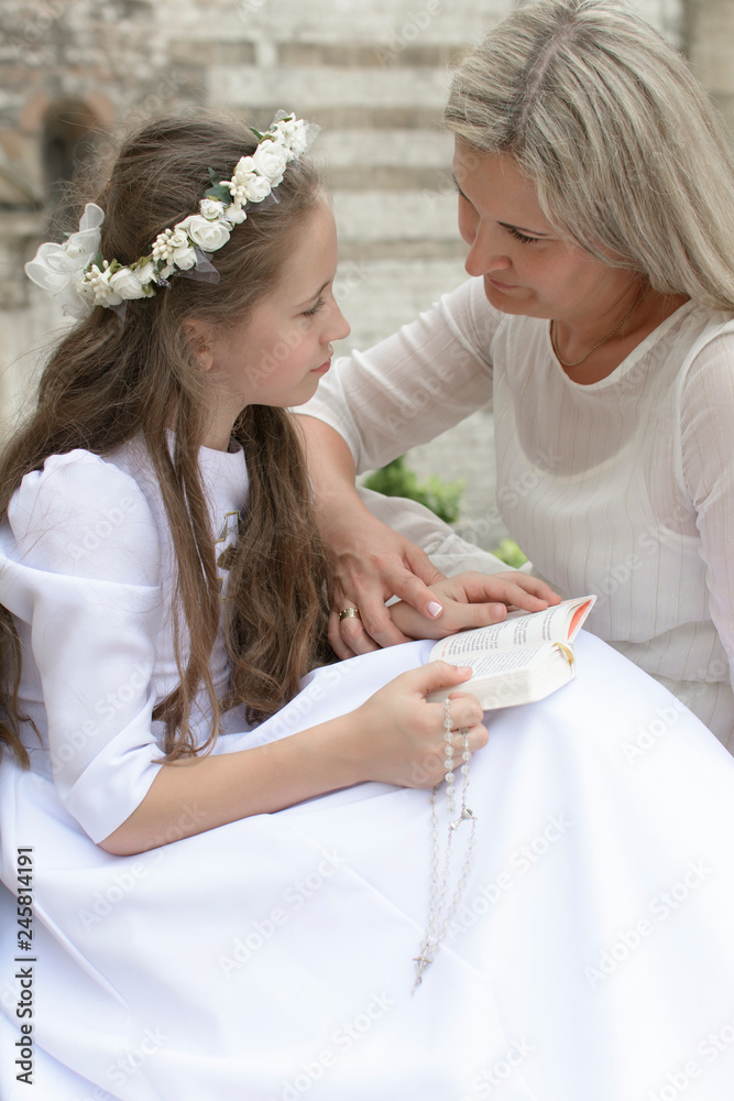 Fototapeta Mama z córką która przygotowuje się do Pierwszej Komuni świętej