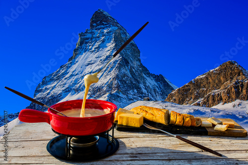 Foto auf Leinwand Dunkelblau Fondue cheese, swiss winter ski holidays break for lunch, mountain view Matterhorn in Zermatt, Switzerland.