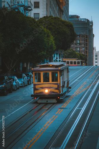 Papiers peints Lieux connus d Amérique San Francisco Cable Car on California Street at twilight, California, USA