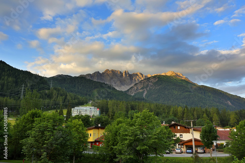 Foto  Apartment or hotel for travelers and village with beautiful mountain in summer i