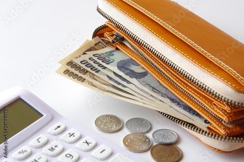 Fotomural 財布の中のお金と電卓 節約 貯金 浪費