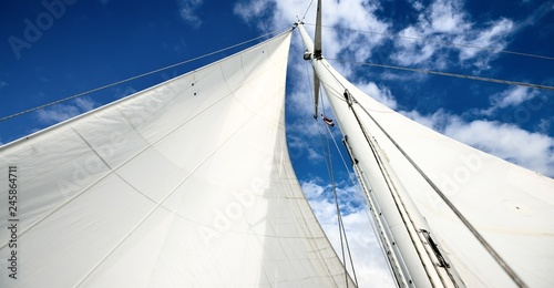 Foto View upwards to the mast of a sailboat on a summer day