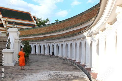 Photo Beautiful landscape in Phra Prathom Jedi (Golden Pagoda) at Nakonpratom province with the clear blue sky