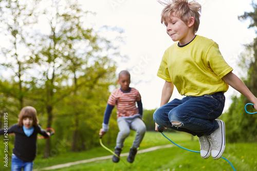 Junge beim Wettbewerb im Seilspringen