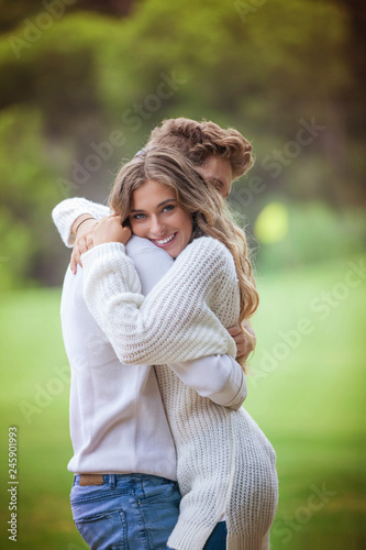Photo  happy smiling loving couple hugging
