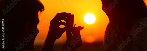Fotomural Banner of silhouette of marriage proposal at sunset