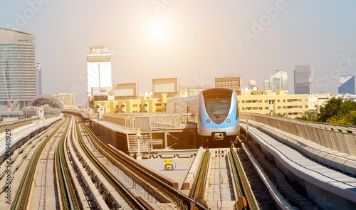 Fototapeta Zautomatyzowany pociąg metra w Dubaju