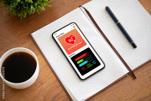 Fotografia  touch phone with app heart and activity on the screen