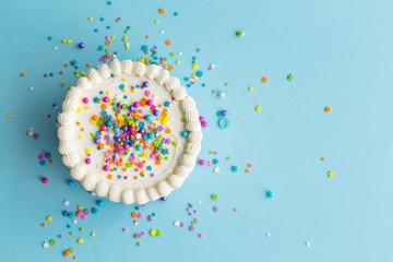 Šareni pogled odozgo na rođendansku tortu
