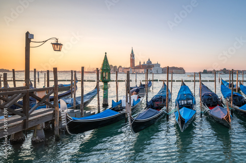 fototapeta na szkło Gondeln an einer Anlegestelle in Venedig, Italien