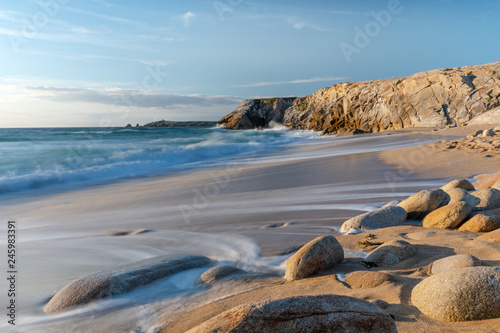 Photo sur Aluminium Cote French landscape - Bretagne. A beautiful beach with wild cliffs in the background.