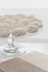 alzata porta dessert con meringhe bianche grandi primo piano