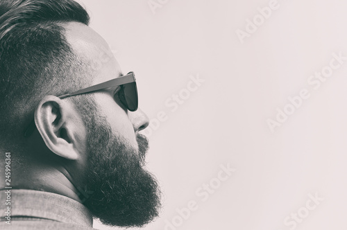 Fotografia Black and white portrait of a bearded man with a stylish haircut.