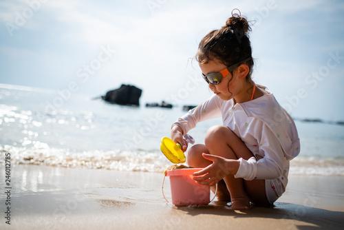 ビーチで砂遊びをする女の子 Wallpaper Mural