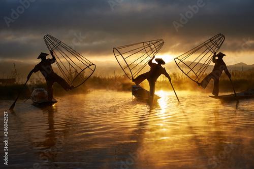 Silhouettes of three fishermen on Inle lake Myanmar Fototapet