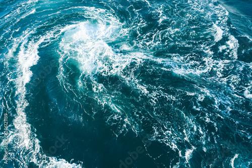 大きな渦を巻く海の風景