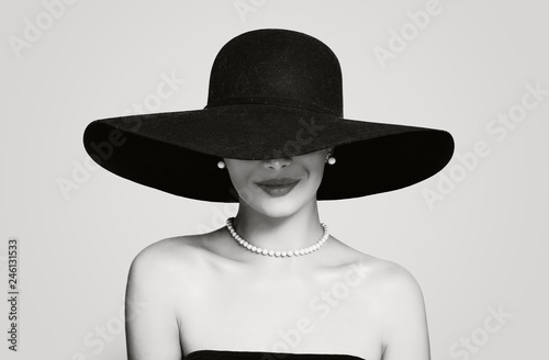 Fotomural Black and white portrait of vintage woman in classic hat and pearls jewelry, ret