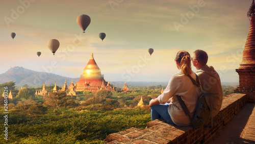 In de dag Diepbruine Young couple in summer vacation travels around Myanmar.