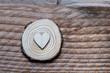 Coeur en bois sur un fond bois