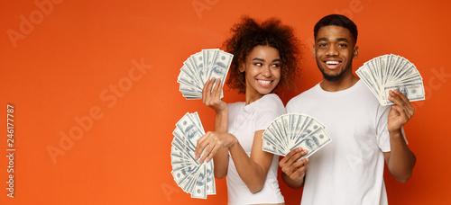 Fotografía  Happy couple holding bunch of money banknotes