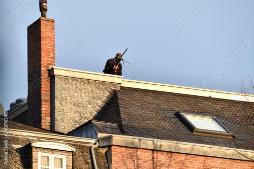 Fotografía  sniper securing a perimeter from a rooftop