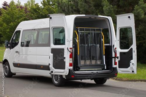 Obraz na plátně Eingeklappter Rollstuhllift eines Kleinbusses zum Transport behinderter Menschen