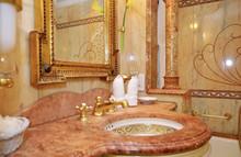 Rotes Marmorbad In Luxuskabine...