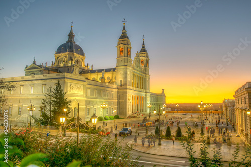 Cuadros en Lienzo Sunset view of the Almudena cathedral in Madrid