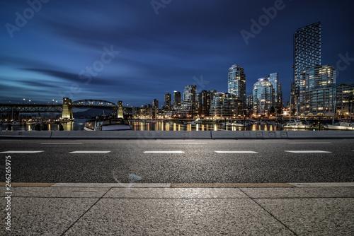 Spoed Foto op Canvas Stad gebouw empty road
