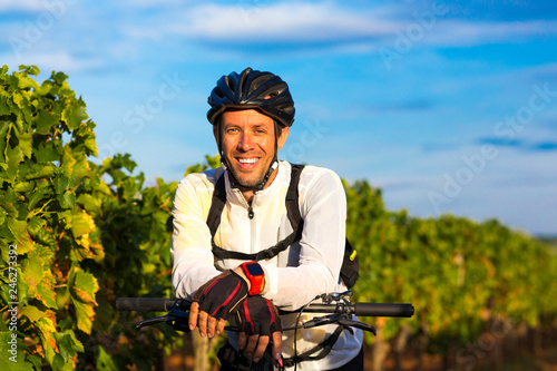 Kroatien, Istrien, Porec, Mountainbiker Portrait am Weinberg