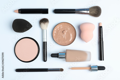 Fotografía  Flat lay composition with skin foundation, powder and beauty accessories on whit