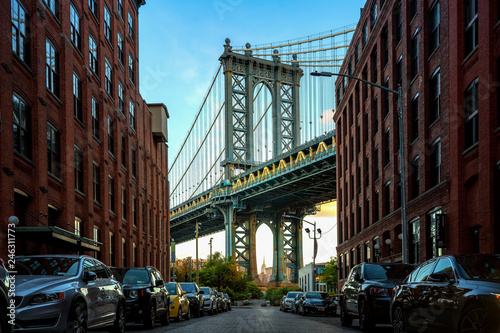 Fototapeten Schmale Gasse Manhattan bridge seen from a narrow alley enclosed by two brick buildings