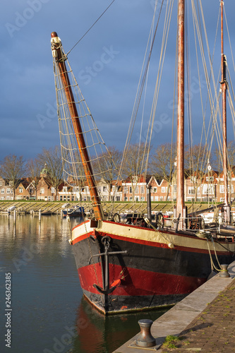 Keuken foto achterwand Poort Segelschiff im Hafen von Hoorn/NL