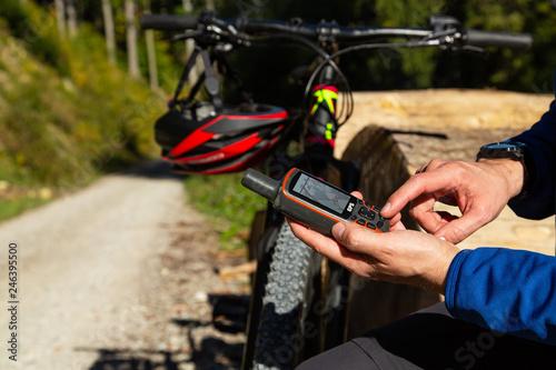 Cuadros en Lienzo  Mountainbike Tourplanung mit GPS Gerät