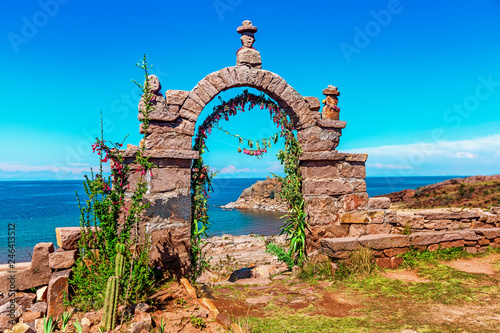Amérique du Sud Entrance stone arch leading to the interior of Taquile Island in Lake Titicaca, Peru.