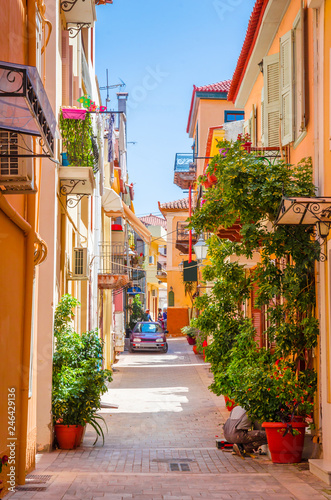 Tradycyjna przytulna grecka ulica w mieście Nafplio, Grecja