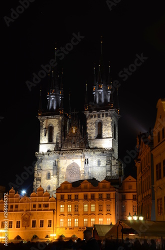 Fotografía  Old Town Square and Tyn Church in Prague by night