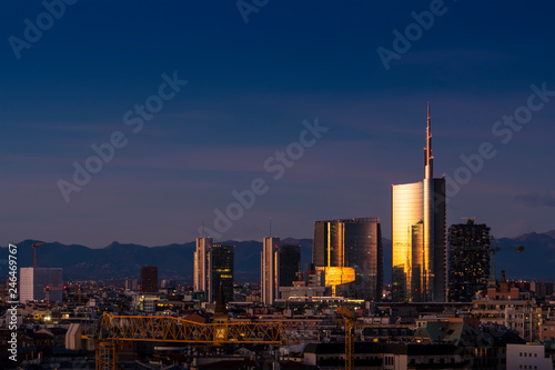 Photo sur Aluminium Noir Milan skyline at evening with modern skyscrapers in Porta Nuova business district. Panoramic view of Milano city (Italy).