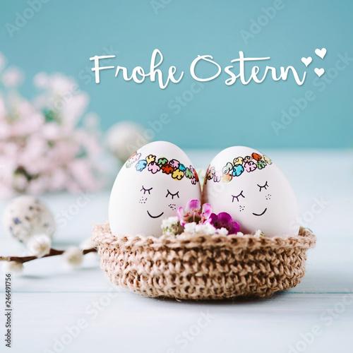Fotografia 2 süße Ostereier kuscheln im Osterkörbchen - Frohes osterfest
