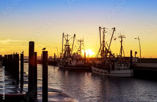 Krabbenkutter im Kutterhafen von Wremen bei Bremerhaven, Sonnenuntergang an der Nordseeküste