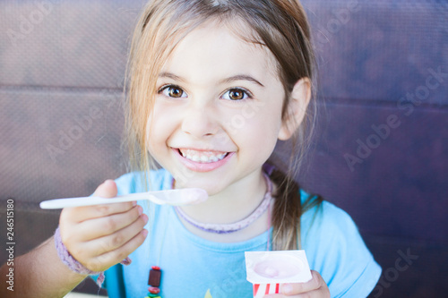 hübsches Mädchen isst ein Joghurt