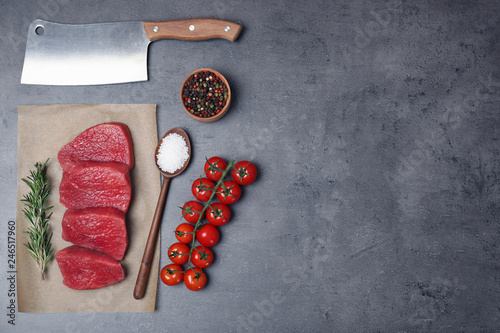 In de dag Aromatische Flat lay composition with raw meat and space for text on grey background