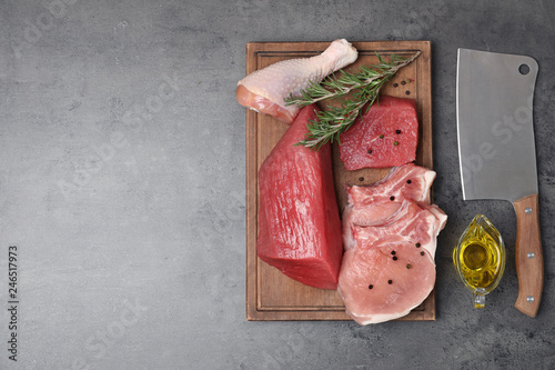 In de dag Aromatische Flat lay composition with raw meat and space for text on table