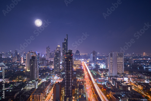 Montage in der Fensternische New York scenic of night cityscape with full moon on twilight skyline