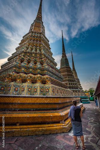 Foto  Woman Tourist admires Wat Pho Temple Bangkok Thailand