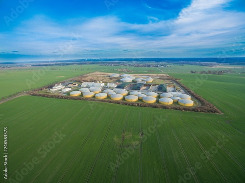 Photo Aerial view of a big biogas plant between green agricultural fields in germany -