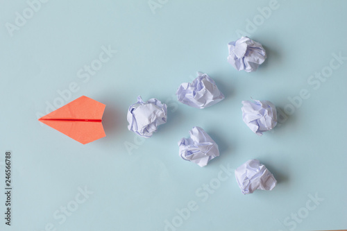 Fotografía  Red paper airplane with crumpled paper balls. Idea Concept.