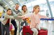 canvas print picture - Familie und Kinder beim Start in den Urlaub