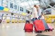 canvas print picture - Familie und Kinder im Flughafen warten auf Abflug